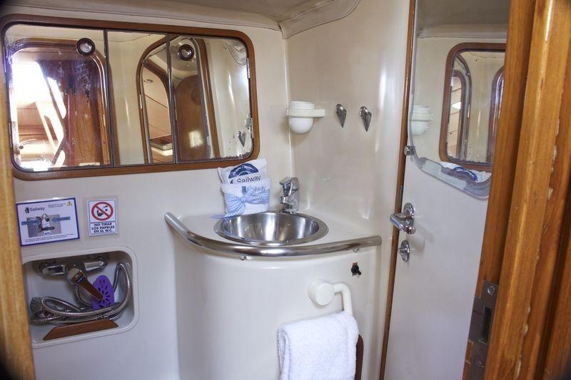 Beneteau_Oceanis_500_Toilet_Head_Sailway_Charter