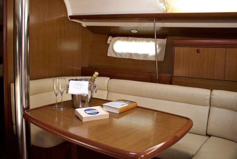 Jenneau_39_Salon_Sailway_Charter